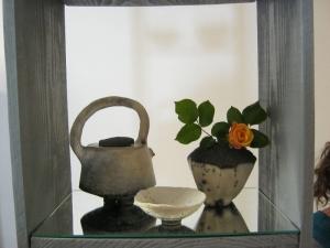 théière terre polie enfumée et vase raku nu
